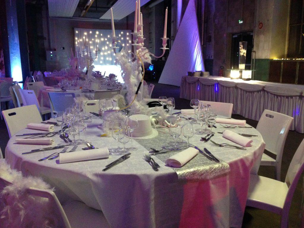 Une partie des tables du côté ange en blanc, argenté, plume et paillettes